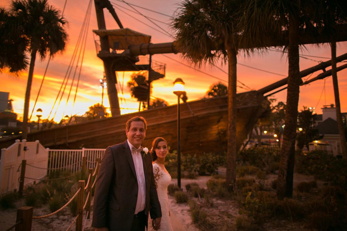 Noivos perto de navio pirata em Boardwalk na Disney em Orlando na Florida