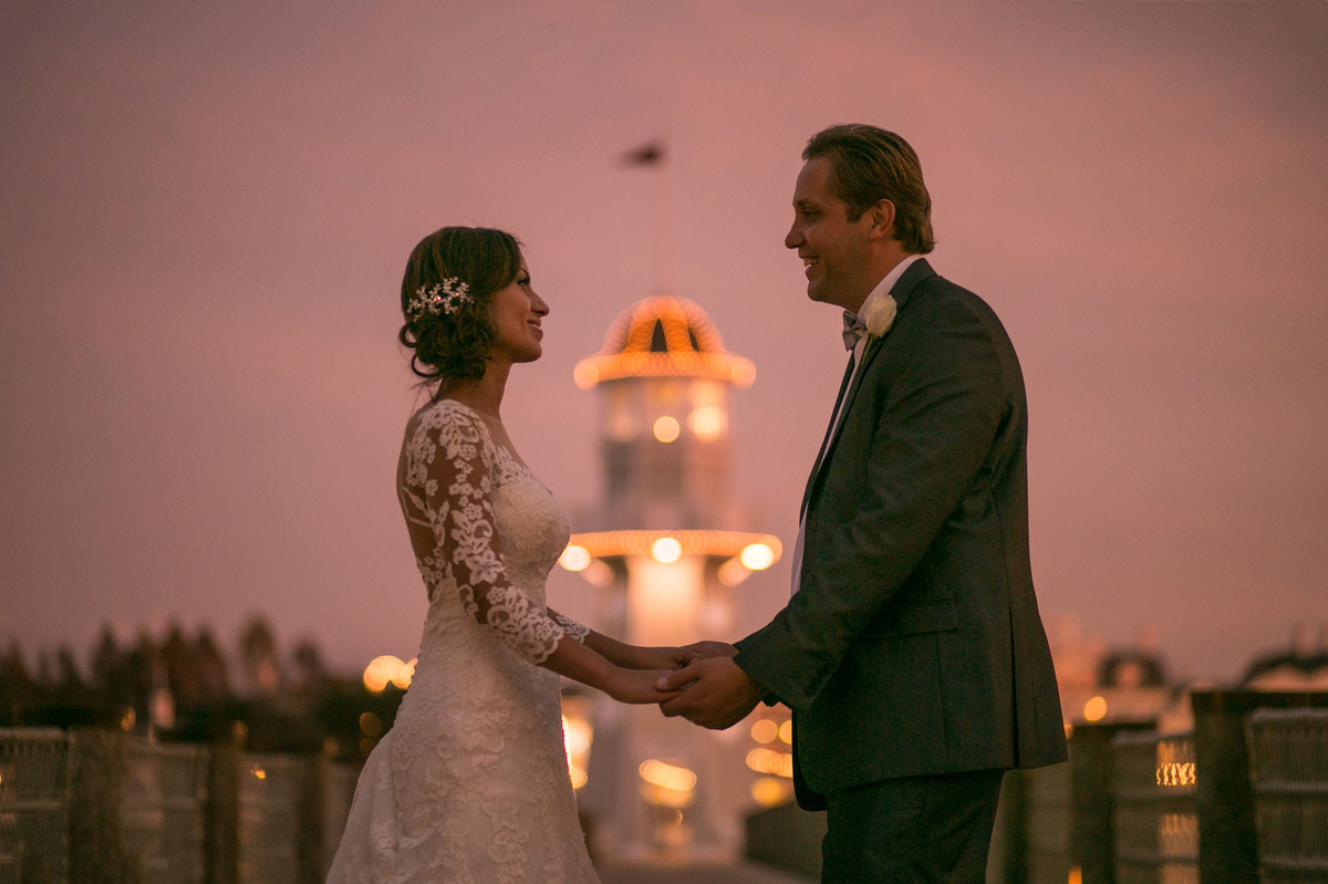 Noivos de mãos dadas em Boardwalk na Disney em Orlando na Florida