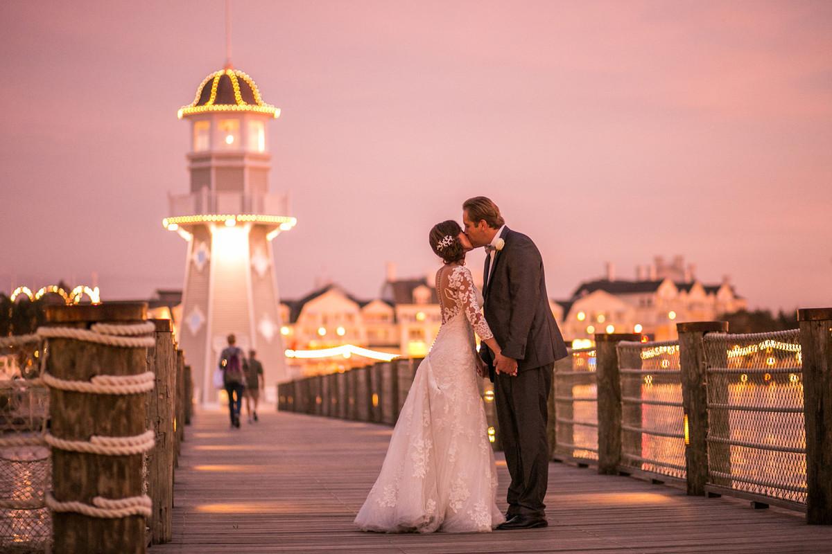 Noivos beijando em Boardwalk na Disney em Orlando na Florida