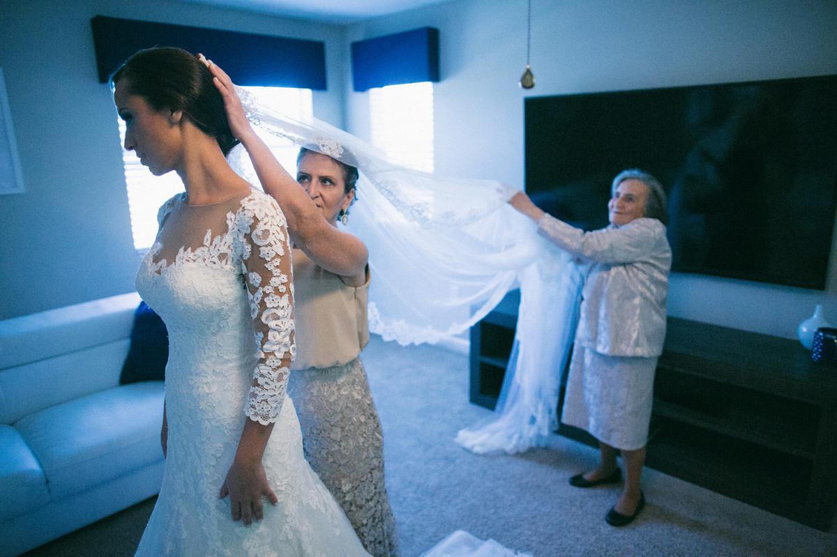 mae e vo de noiva ajudando ela a se vestir em makinf of de casamento em Orlando-FL