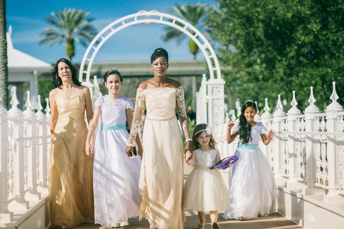 Madrinhas de casamento chegando em casamento na Disney Wedding Pavillion