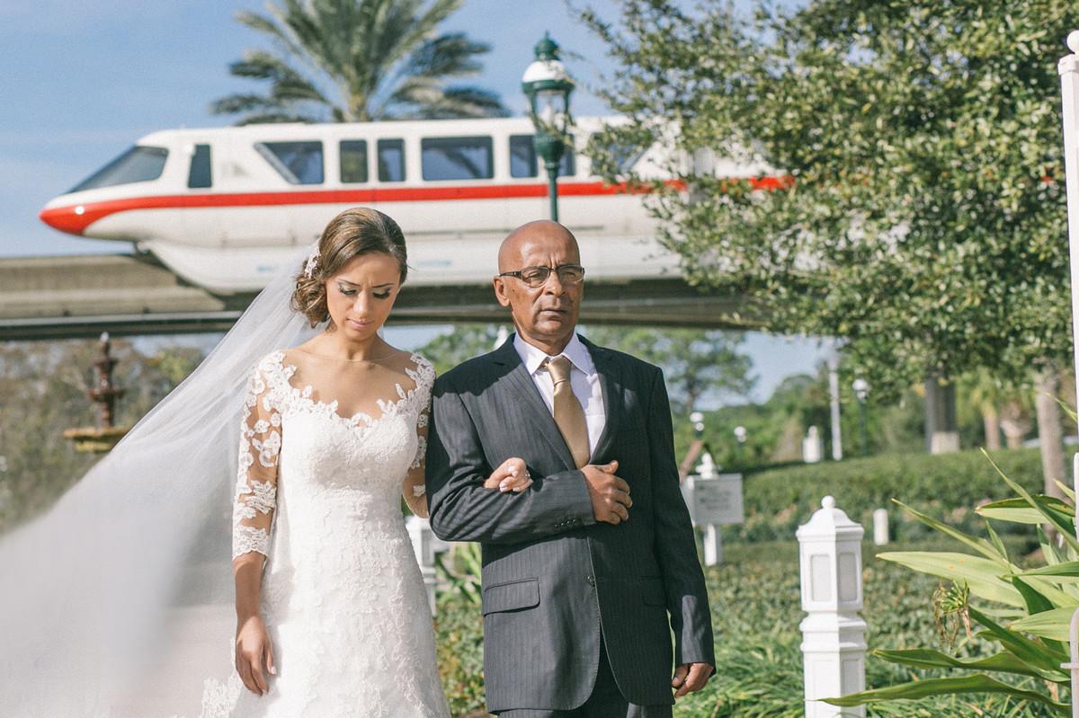 Noiva chegando em Wedding Pavillion capela da Disney com Monorail por trás