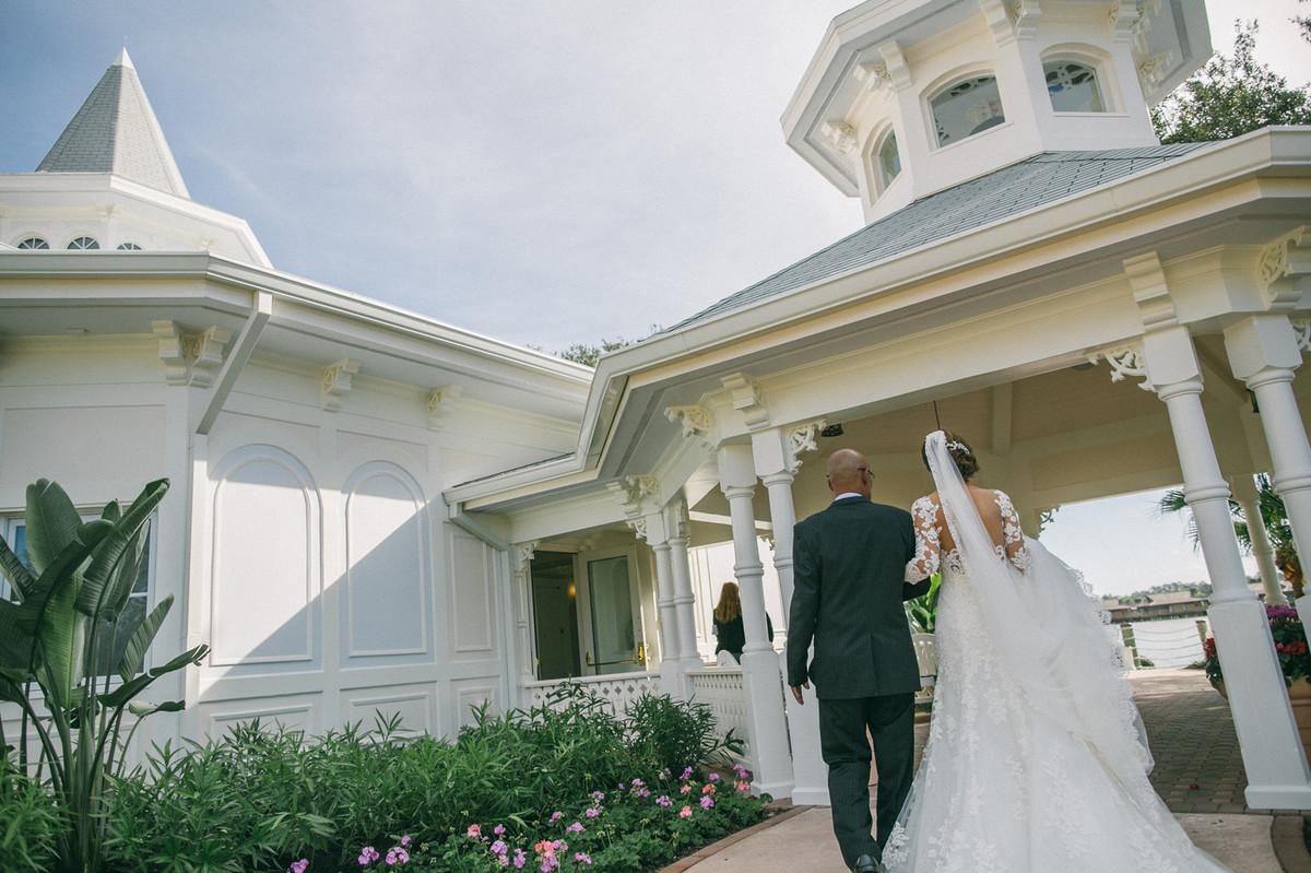 Noiva chegando com seu pai no Wedding Pavillion