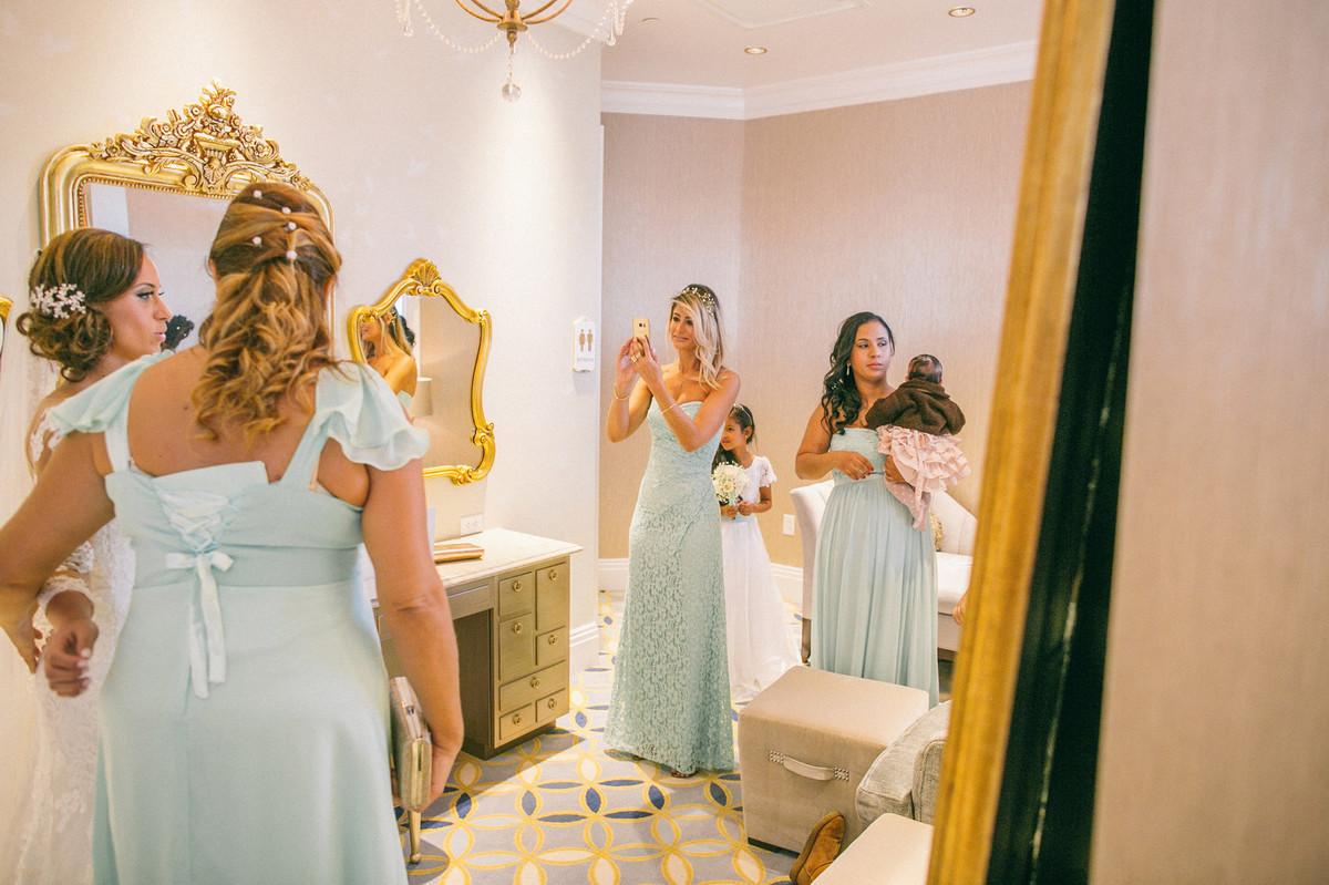 Madrinhas se arrumando em quarto na capela da Disney