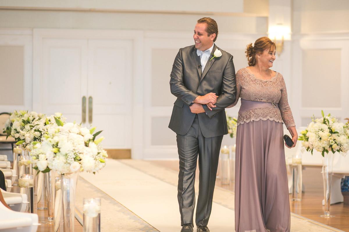 Noivo chegando no Wedding Pavillion com sua mãe