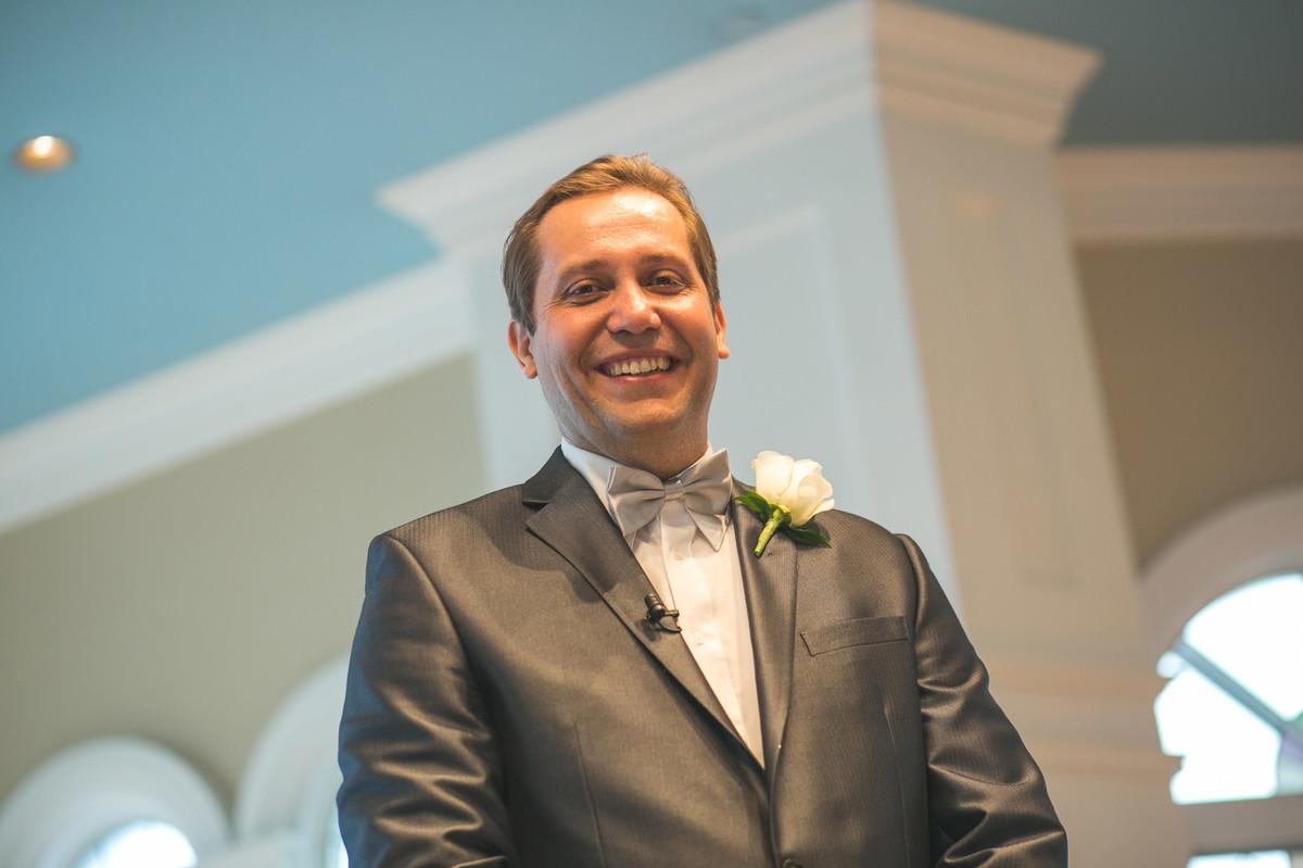 Noivo sorrindo feliz no Wedding Pavillion da Disney