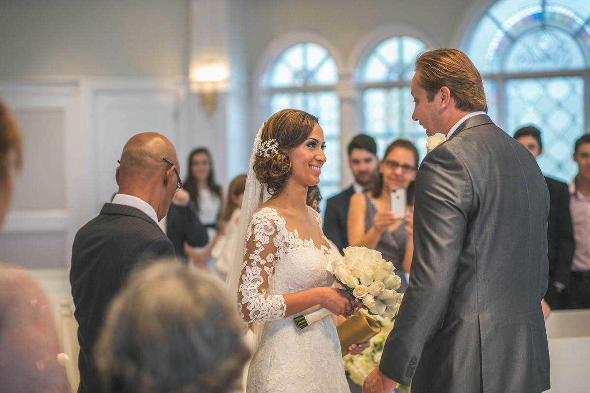 Noiva olhando para o noivo em capela da Disney