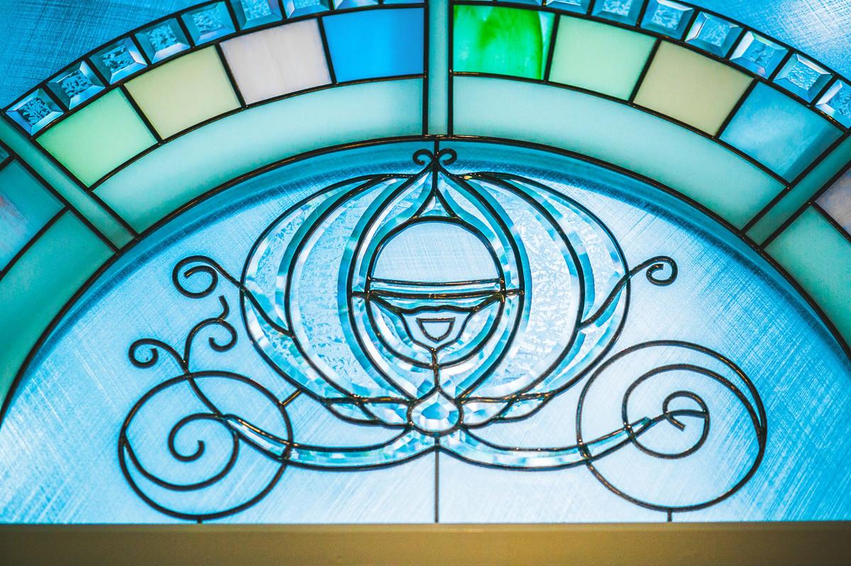 Casamento na Disney Wedding Pavillion detalhes da capela com vitral da carruagem da cinderella