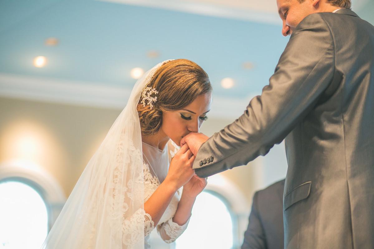 Casamento na Disney Wedding Pavillion noiva beijando mão do noivo