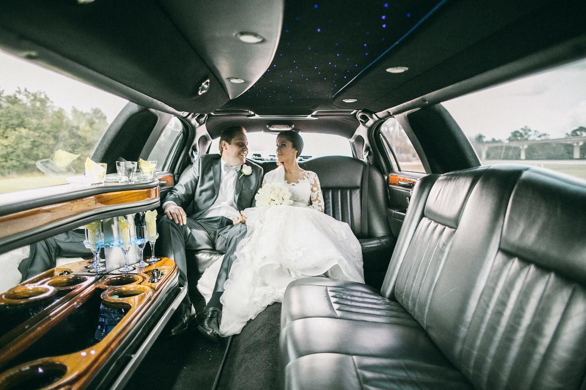 Noiva com noivo em limosine em Orlando-Fl