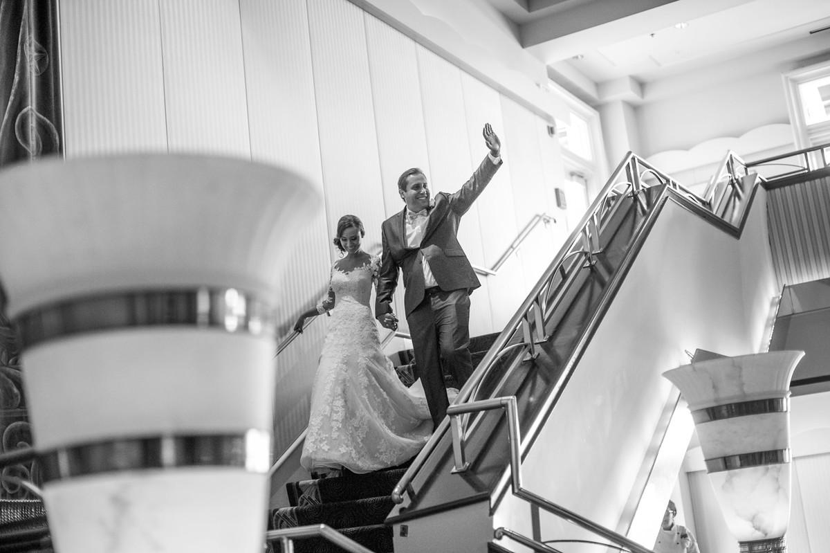 Noivos descendo as escadas do Atlantic Dance Hall na Disney em Orlando-FL