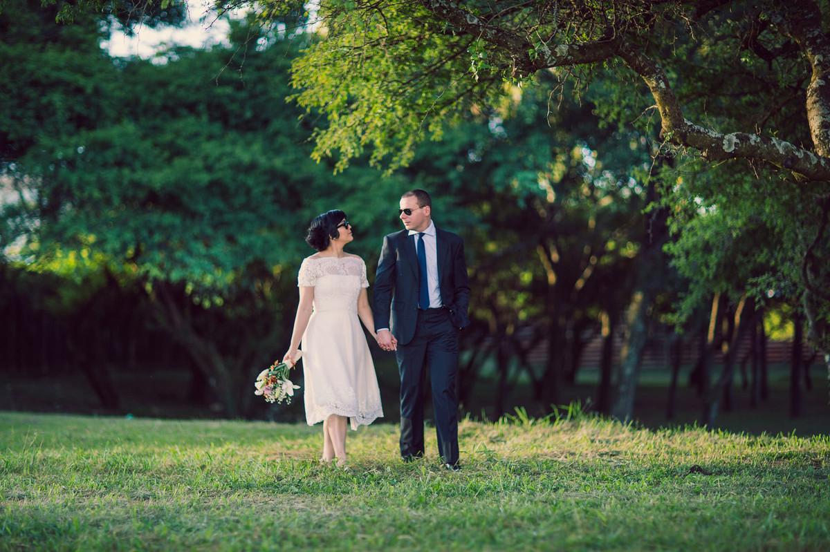 Casal andando juntos pelo bosque. Foto feita pelo fotógrafo de casamentos Rafael Ohana em Brasilia.