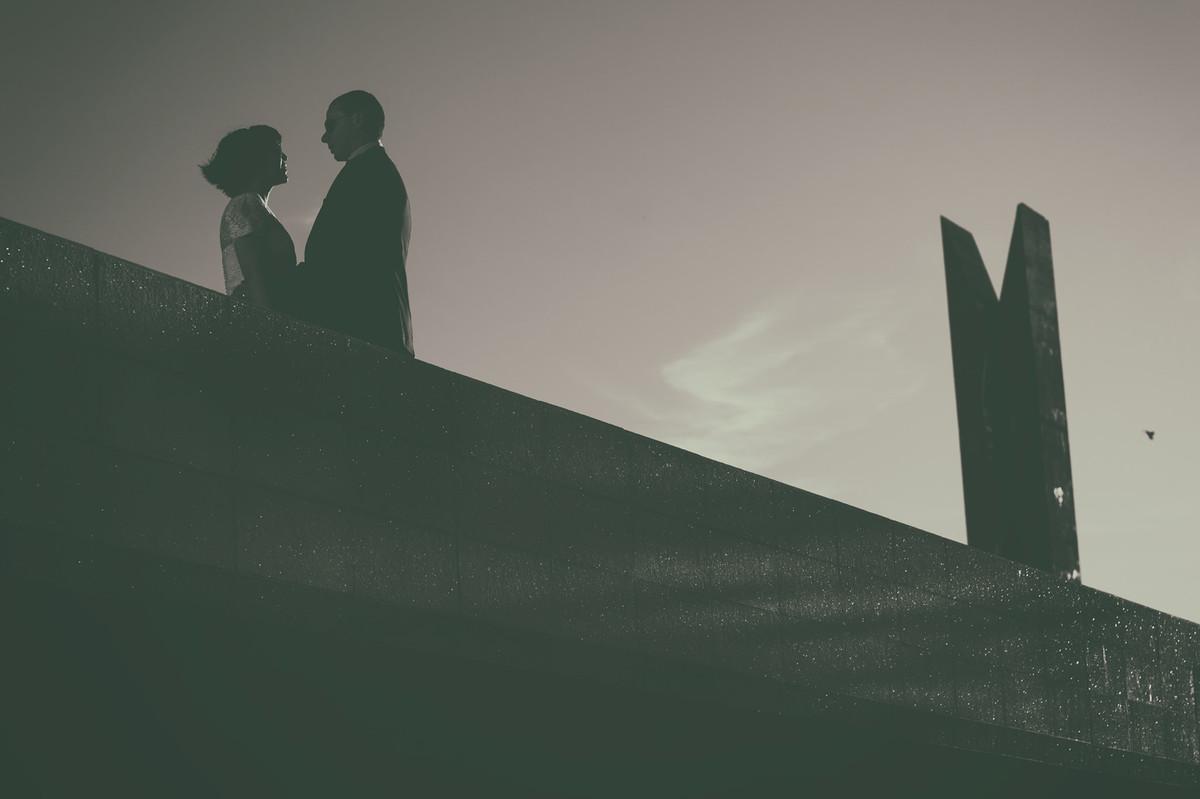 Silhuetas de casal em preto e branco. Foto feita pelo fotografo de casamentos Rafael Ohana em Brasilia.