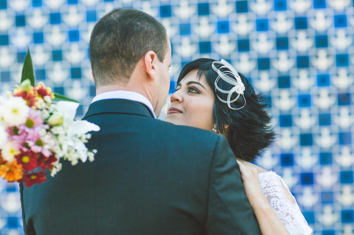 Casal vintage posando com azulejos Athos Bulcão na igrejinha da 307 sul em Brasilia. Fotografia pelo fotógrafo de casamento Rafael Ohana