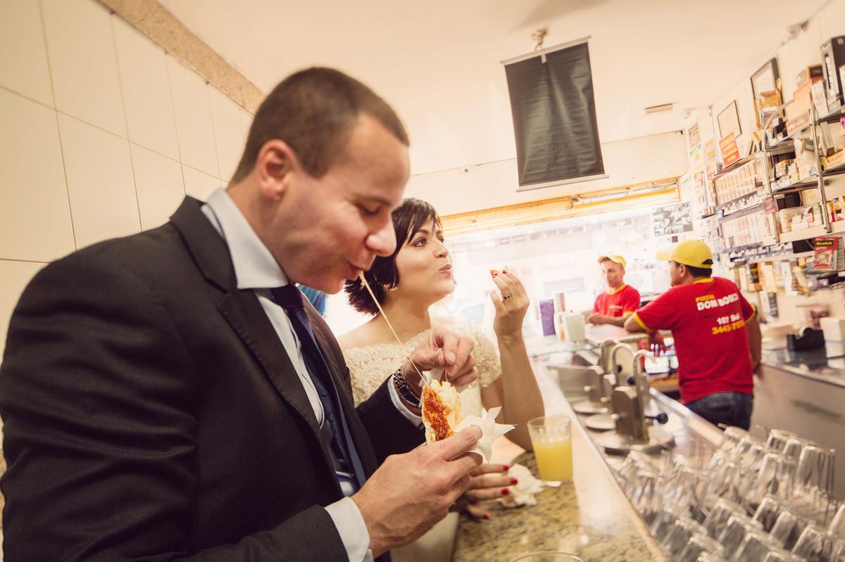 Casal vintage comendo na pizzaria Don Bosco em Brasilia. Fotografia pelo fotógrafo de casamento Rafael Ohana