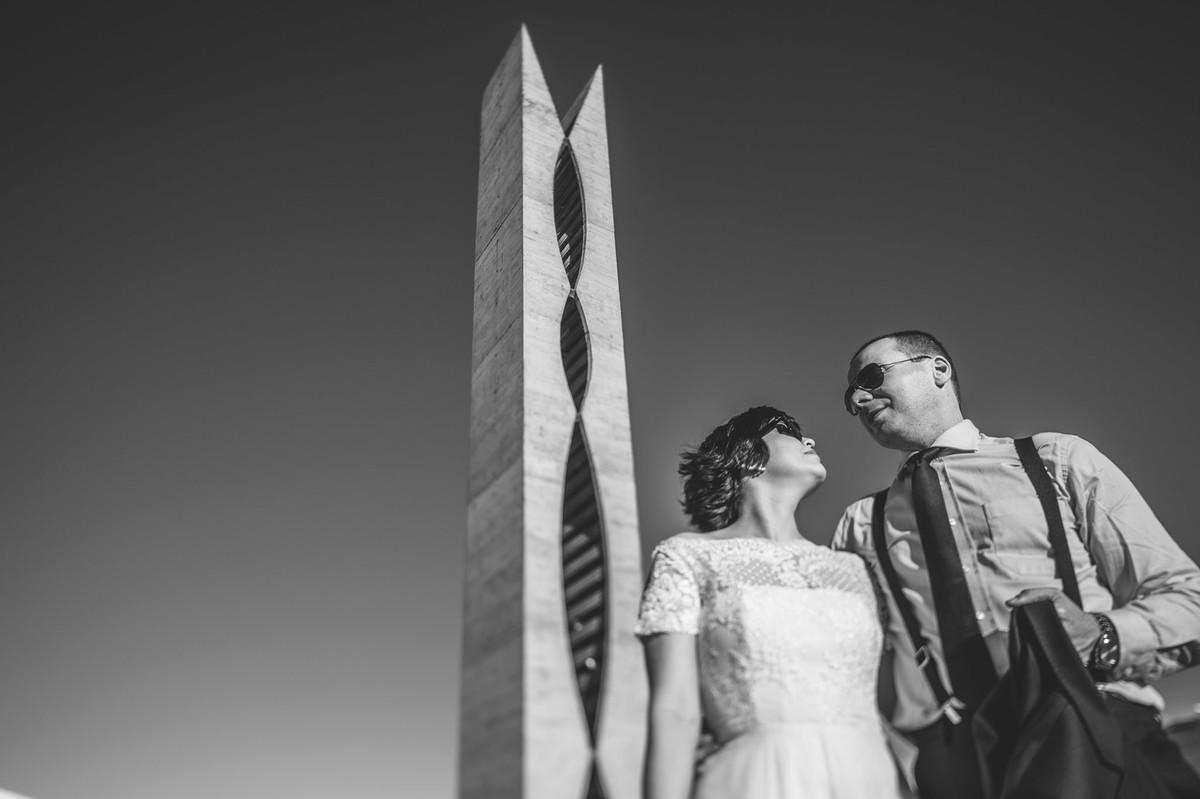 Casal vintage posando perto do pombal na esplanada dos ministerios em Brasilia. Fotografia pelo fotógrafo de casamento Rafael Ohana