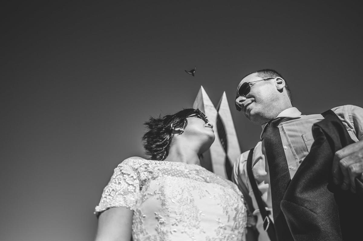 Casal Vintage posando perto do pombal na esplanada dos ministerios em Brasilia.Fotografia pelo fotógrafo de casamento Rafael Ohana