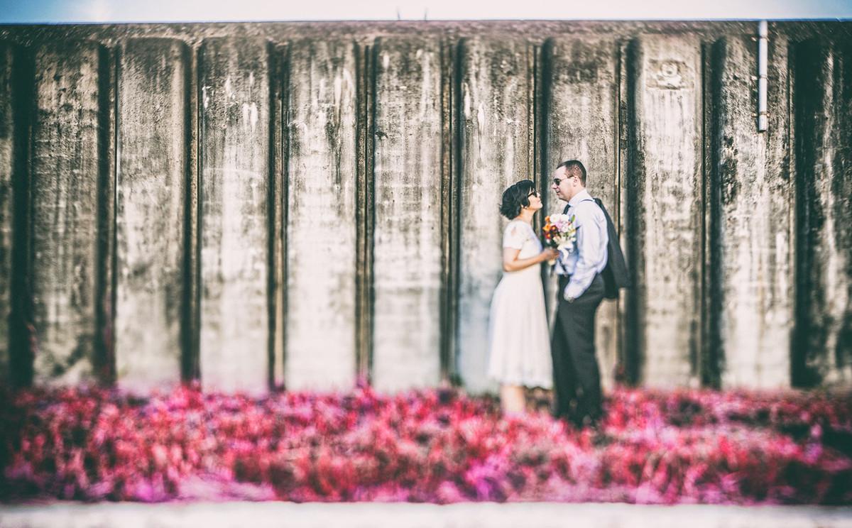 Casal vintage se olhando com flores rosas no chão. Fotografia pelo fotógrafo de casamento Rafael Ohana