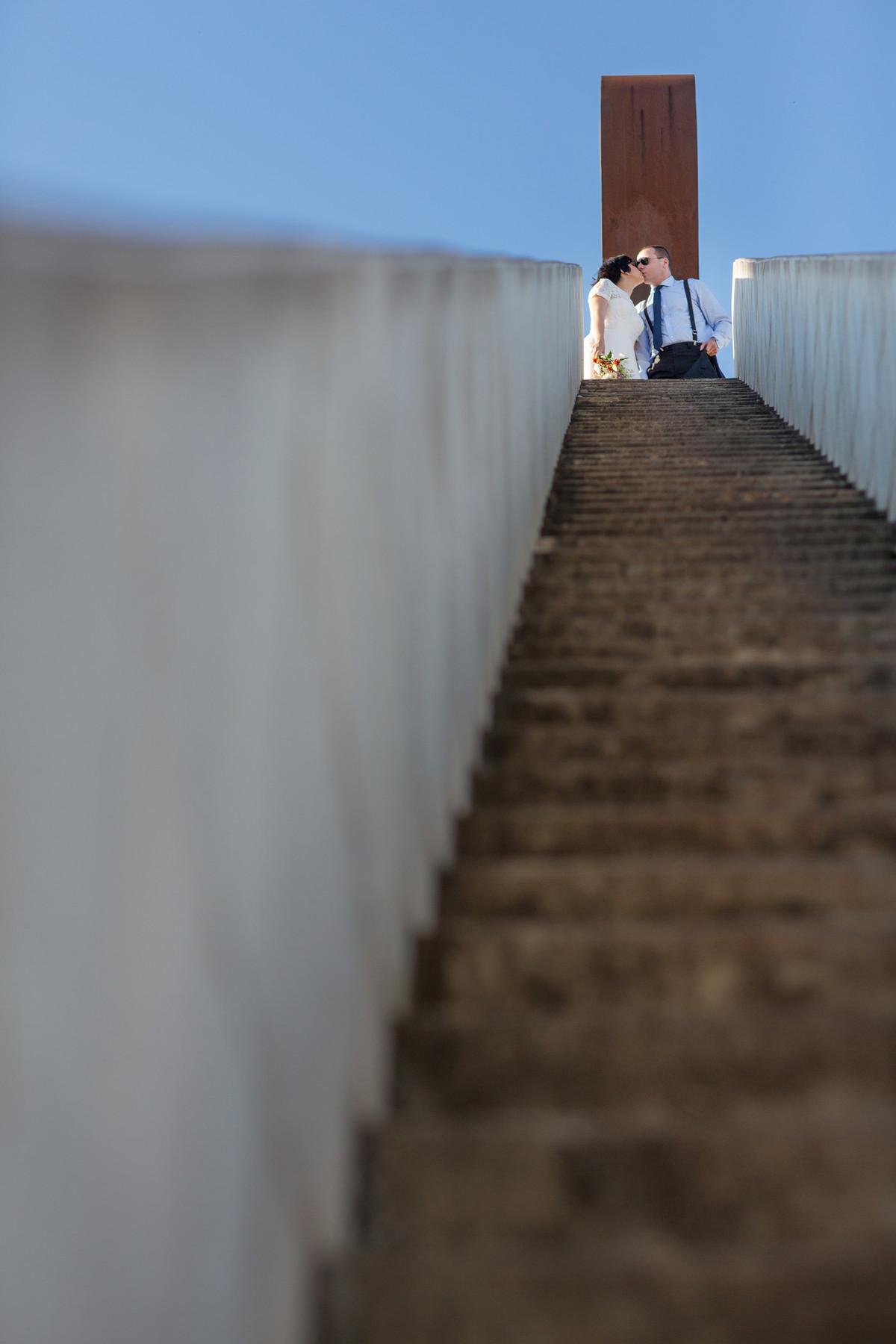 Casal se beijando em cima da escadaria. Fotografia pelo fotógrafo de casamento Rafael Ohana