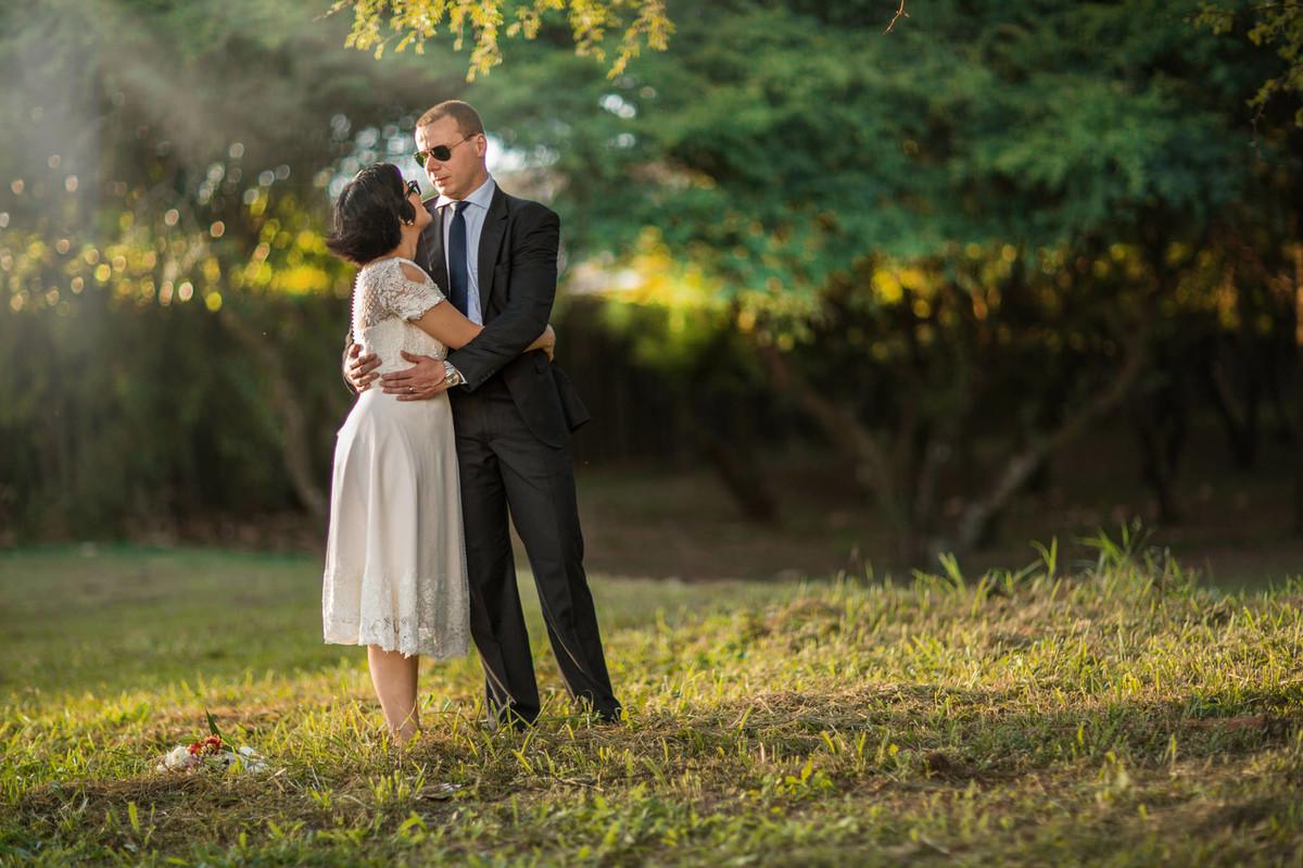Casal se abraçando no ensaio Day After. Fotografia pelo fotógrafo de casamento Rafael Ohana