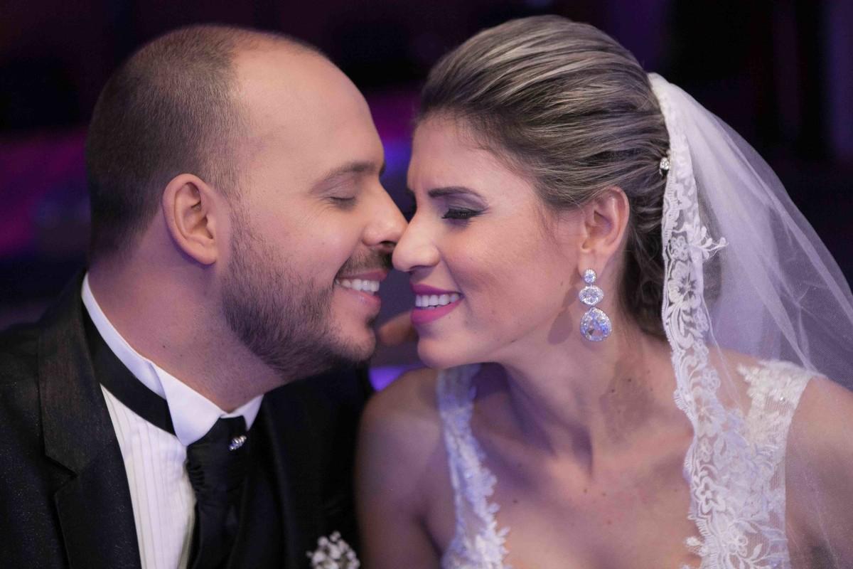fotografia romântica, noivos, amor, fotografo, casamento, Uberlândia, brinco, vestido de noiva