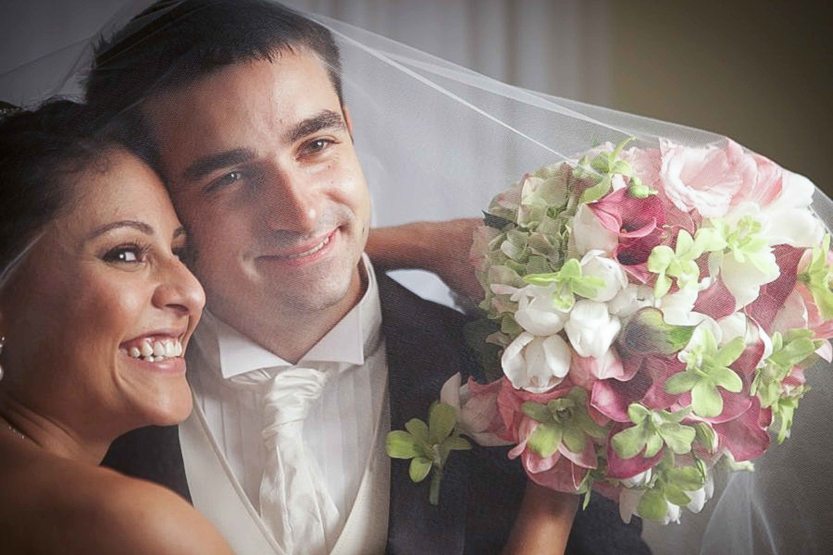 Momento de muita alegria, noivos celebram a união.