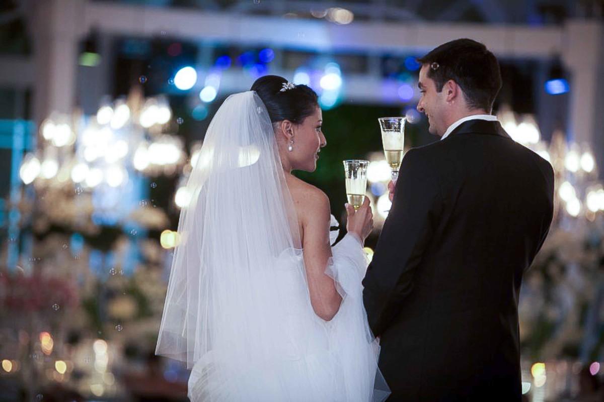 Os noivos brindam a alegria e decoração belíssima de sua festa realizada no Espaço da Corte, Salão de Festa e Buffet, localizado em Brasília - DF, destination wedding, casamento, beto oliveira
