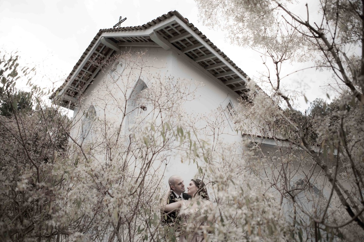 o casal apaixonado fotografou entre a vegetação do cerrado do triangulo mineiro, na cidade de Uberlândia pelo fotografo beto oliveira