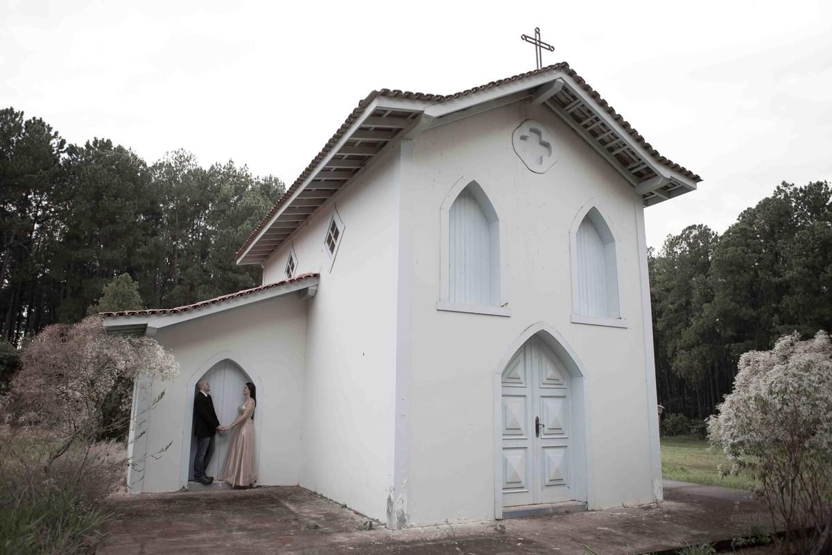 no meio de belíssimo cenário, o fotógrafo beto oliveira, fotografou o casal de noivos na igreja dentro do mais registro