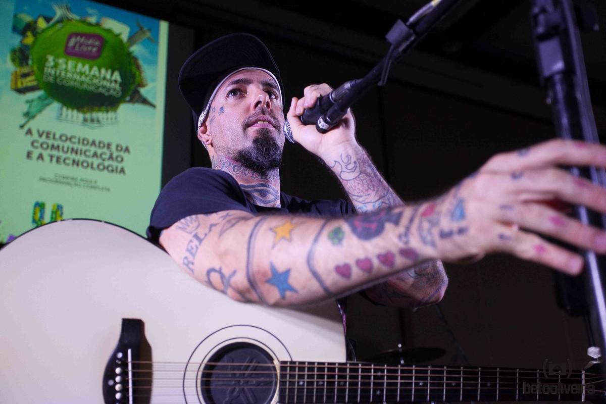 tico santa cruz, rock, música, palco, foto, arte, beto oliveira, uberlândia, minas gerais