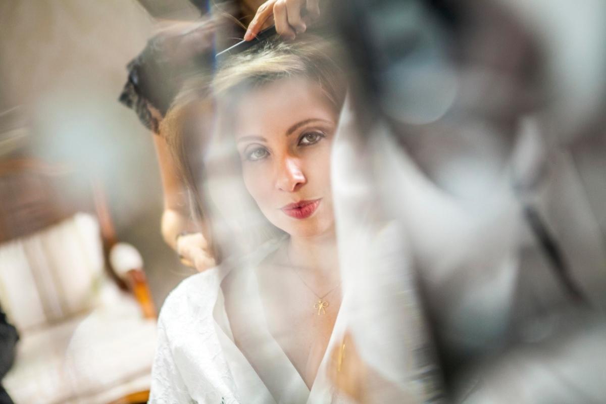noiva,elegante,linda,evaldo,hill,vestido,bouquet,bride,flores,make up,uberlândia,fotografo,casamento,wedding,salao,beleza,baton,espelho,vestido,makingof