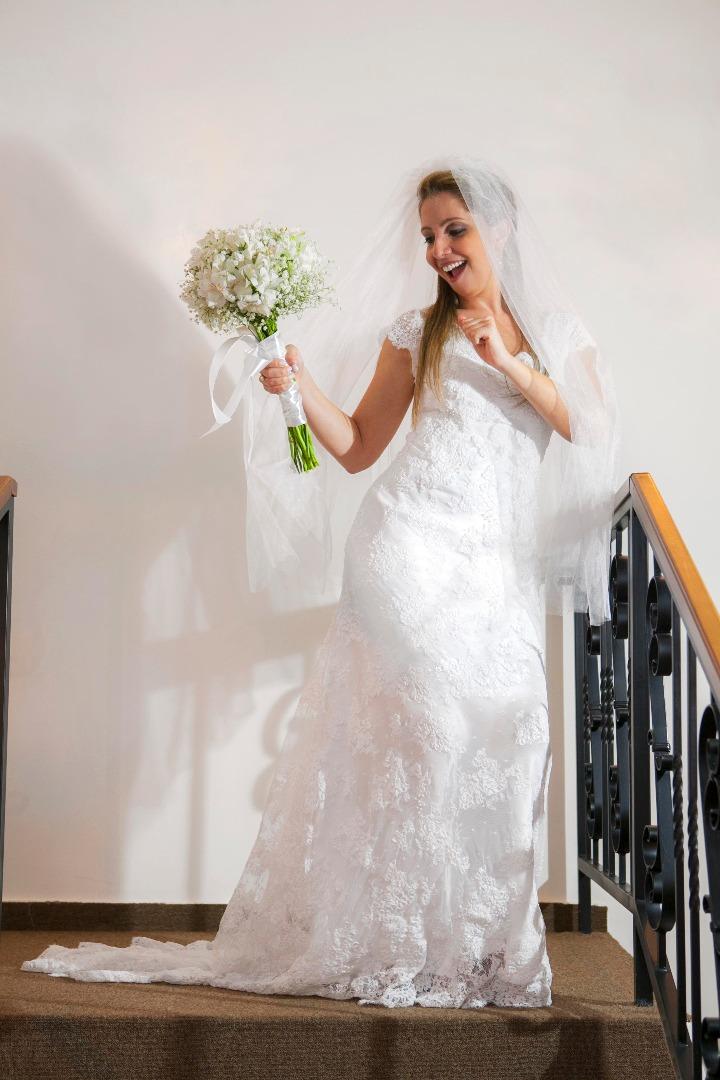 noiva,elegante,linda,evaldo,hill,vestido,bouquet,bride,flores,make up,uberlândia,fotografo,casamento,wedding,salao,beleza,baton,espelho,vestido,makingof,evento,casamento,diurno,fotografia,criativa,mae,noiva,linda,alegre,dança,casamentos
