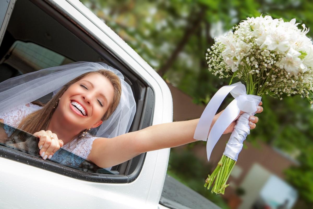 carro,noiva,elegante,linda,evaldo,hill,vestido,bouquet,bride,flores,makeup,uberlândia,fotografo,casamento,wedding,salao,beleza,baton,espelho,vestido,makingof,evento,casamento,diurno,fotografia,criativa,mae,noiva,linda,alegre,dança,casamentos,mulher,sorris