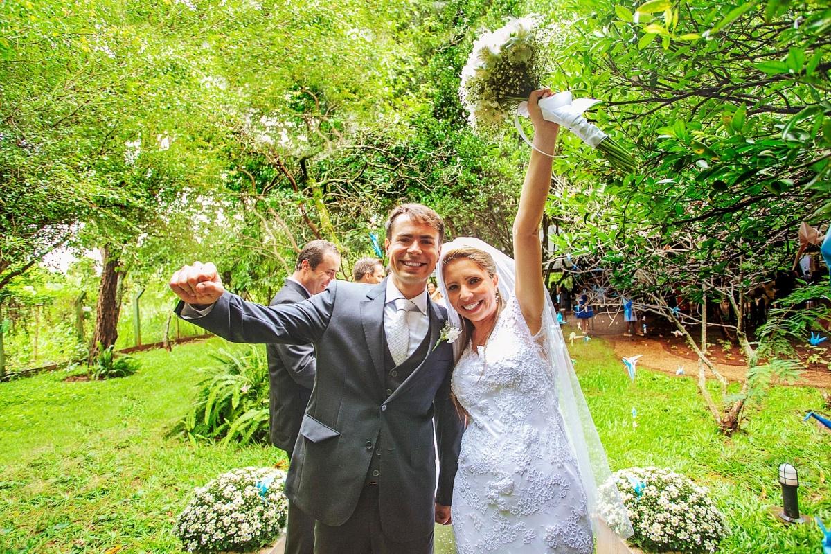 carro,noiva,noivos,alegria,recepçao,elegante,linda,evaldo,hill,vestido,bouquet,bride,flores,makeup,uberlândia,fotografo,casamento,wedding,salao,beleza,baton,espelho,vestido,makingof,evento,casamento,diurno,fotografia,criativa,mae,noiva,linda,alegre,dança,
