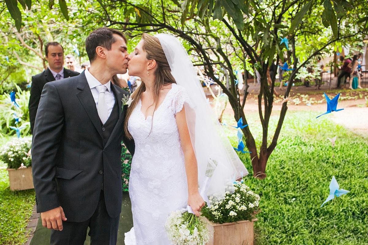 beijo,romantico,casamento,noivos,casalcarro,noiva,noivos,alegria,recepçao,elegante,linda,evaldo,hill,vestido,bouquet,bride,flores,makeup,uberlândia,fotografo,casamento,wedding,salao,beleza,baton,espelho,vestido,makingof,evento,casamento,diurno,fotografia,