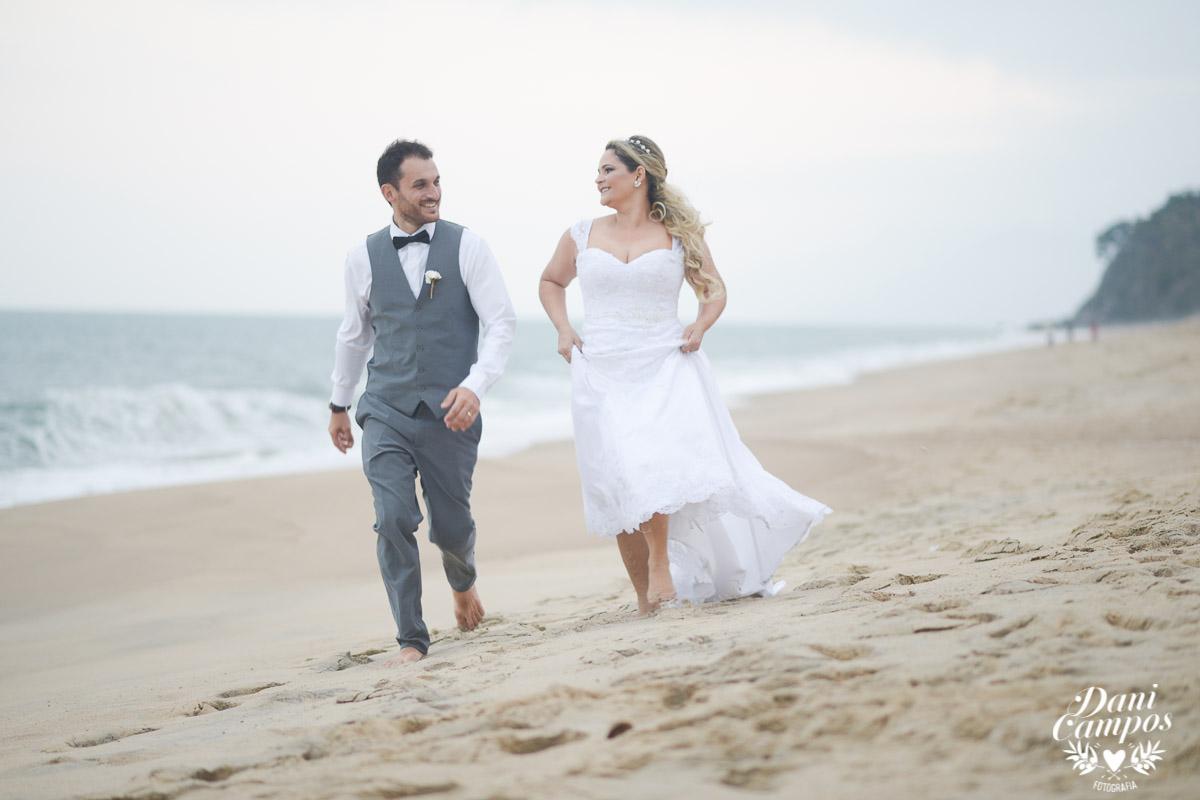 casamento na praia casar de dia fotografos no litoral caraguatuba ilha bela noiva noivo casar de dia casamento pe na areia