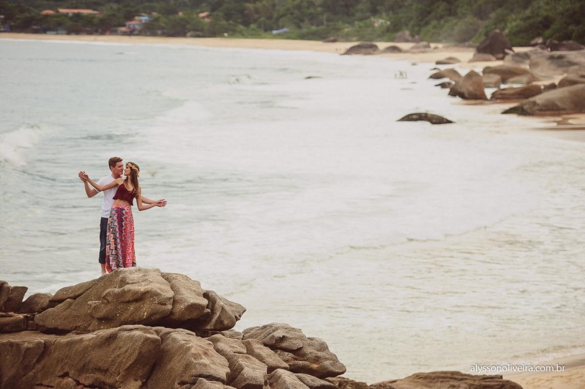 Pre Wedding na praia, Pre Wedding casal de Uberaba na Praia, Alysson Oliveira, Lorena e Matheus, Pre Wedding Criativo, casal caminhando na praia,
