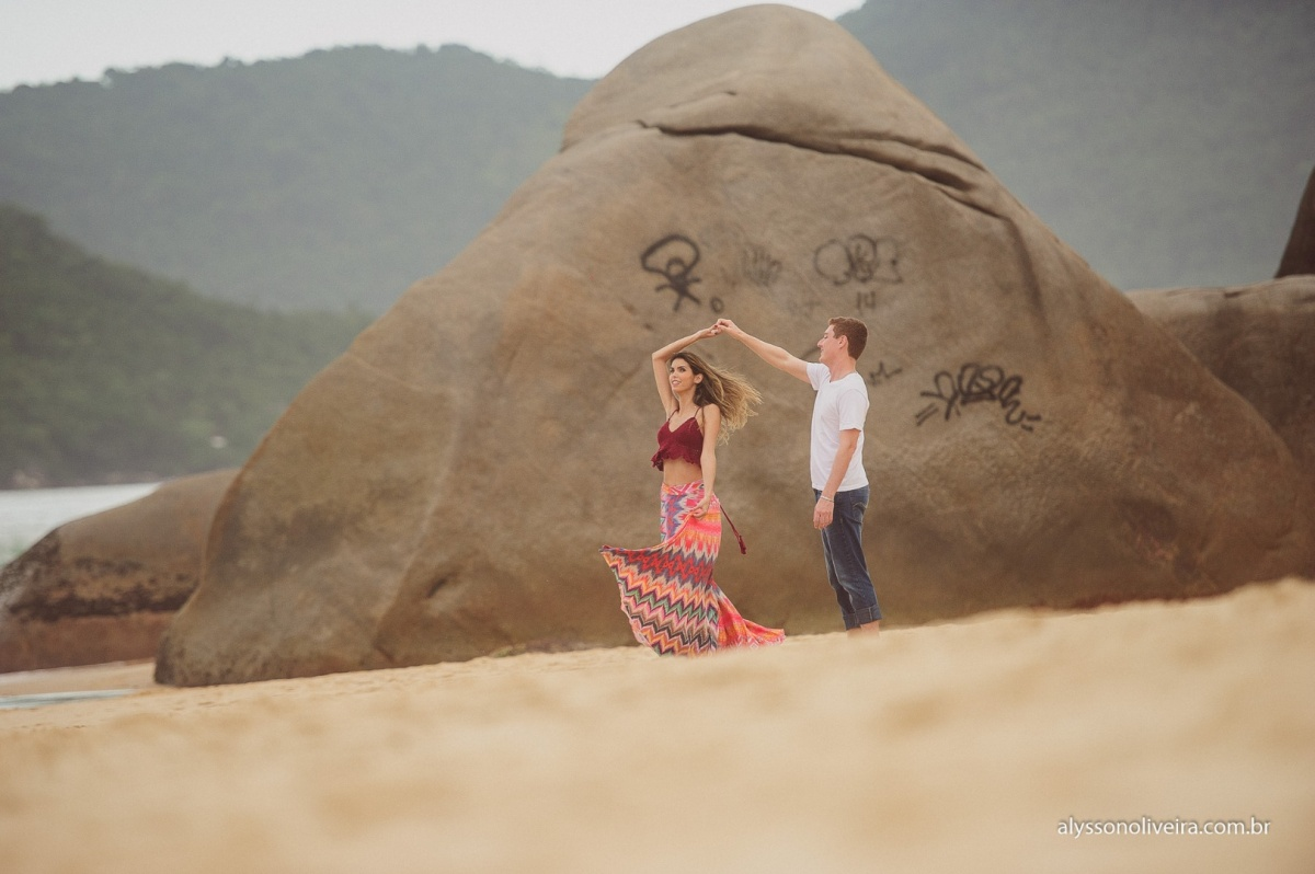 Pre Wedding na praia, Pre Wedding casal de Uberaba na Praia, Alysson Oliveira, Lorena e Matheus, Pre Wedding Criativo, casal caminhando na praia