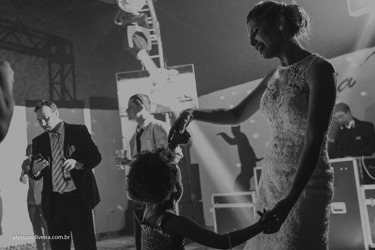 Alysson Oliveira Fotografo de Casamentos, Alysson Oliveira, Inspiration, Fotografo, fotos criativas, Casamento de Josiane e Carlos Eduardo, festa de casamento, dança na recepção, convidado na pista
