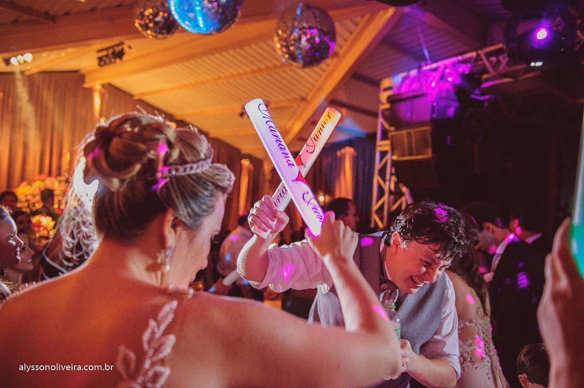 casamento divertido, banda em casamento, projeto ao cubo, criança dançando em casamento, festa animada, Enzo e Daniel,Fogos no casamento, queima de fogos, Véu de noiva, véu voando, vestido de noiva mais bonito, Casamento diferente, lindo casamento em Mina