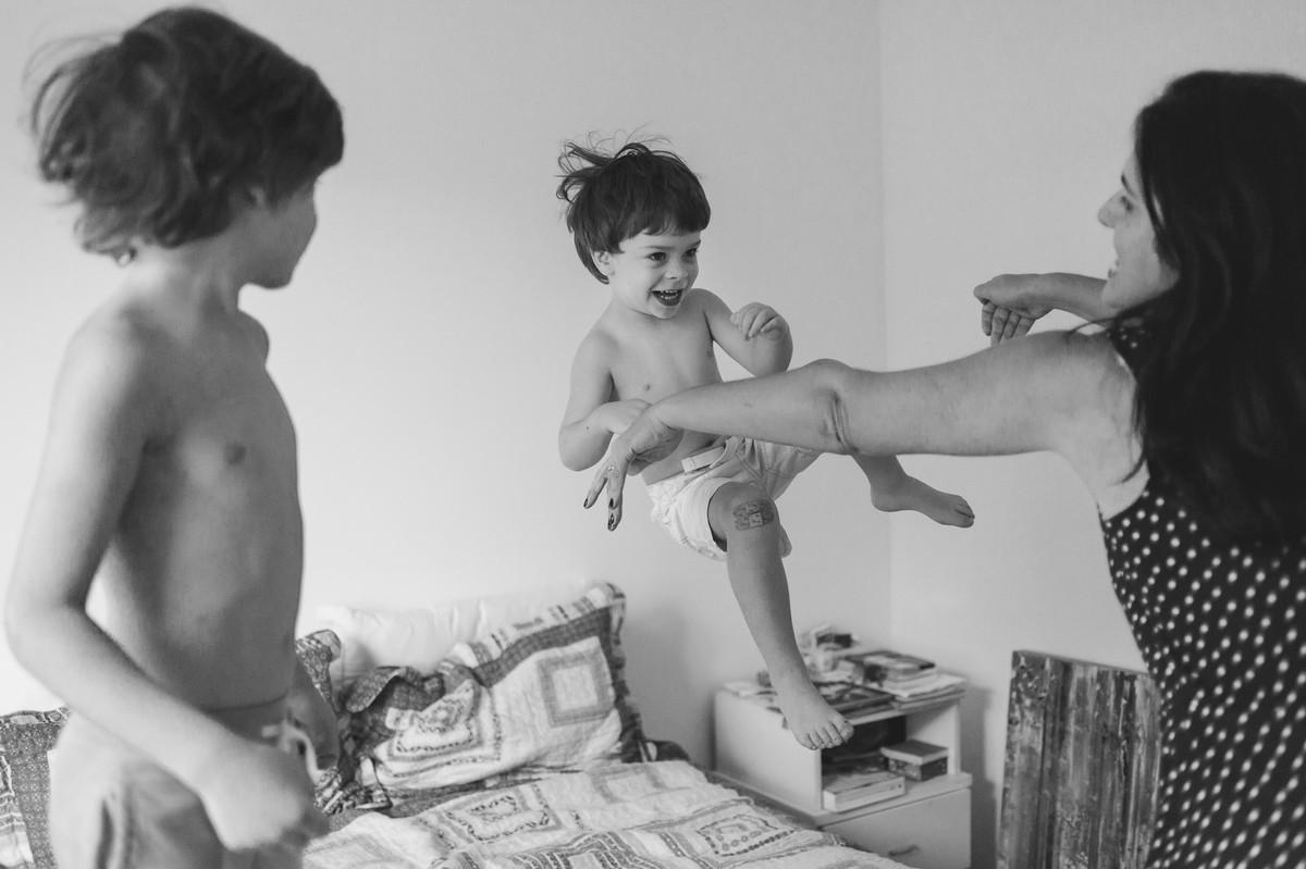 ensaio fotográfico família casa bagunça irmãos amor rio de janeiro jardim botânico fotografia de família criança infância brincadeira ensaio em casa intimidade paula giolito raízes fotografia