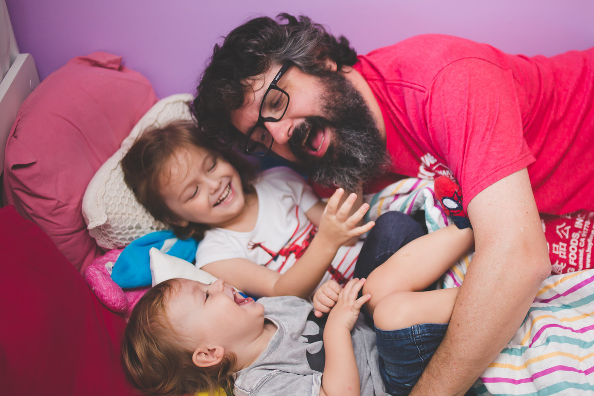 nossa casa ensaio de família em casa crianças em casa brincadeira bagunça felicidade fotografia de família fotógrafa de família amor fotografia rio de janeiro ensaio familiar