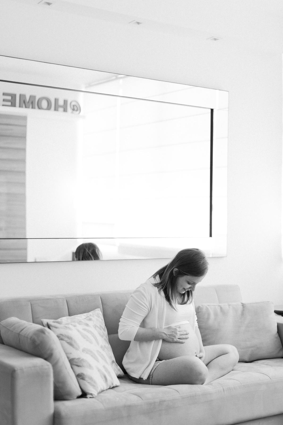 fotografia de familia gravidez barriga ensaio gestante fotografia em casa rio de janeiro criança família amor montessori dia claro branco felicidade ensaio fotográfico familiar