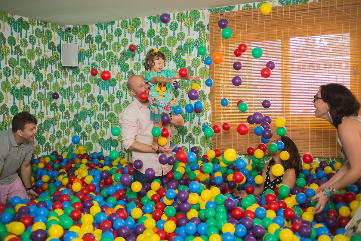 aniversário infantil alice 2 anos na moitta raizes fotografia festa de criança praia alegria fotografia de família rio de janeiro festa 2 anos piscina de bolinha