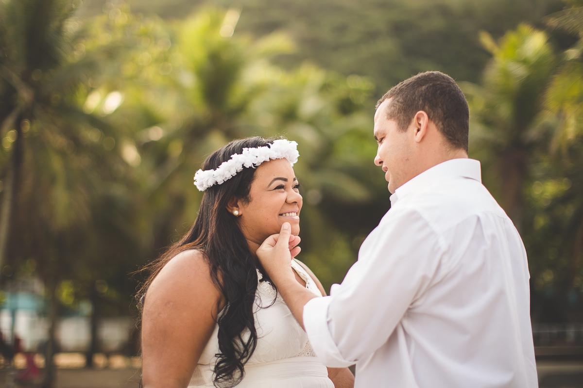 casal posa para ensaio fotográfico na praia do Leme, no Rio de Janeiro. casamento praia rio de janeiro amor
