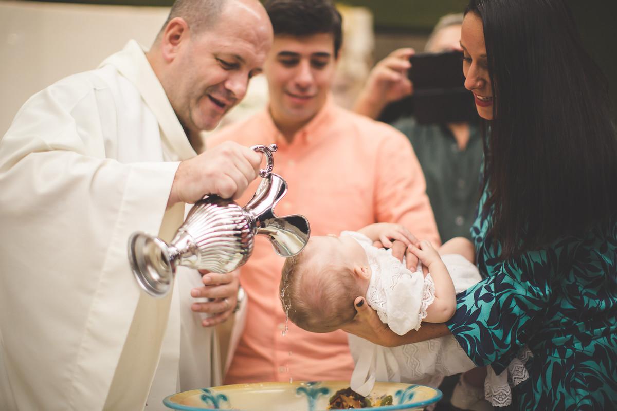 menina é batizada na igreja de santo agostinho na barra da tijuca no rio de janeiro . batizado branco familia religião amor deus