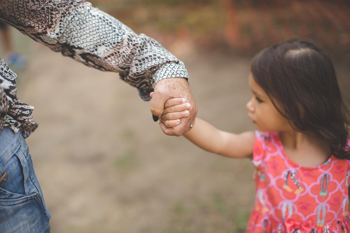 ensaio fotografico infantil no rio de janeiro parque guinle laranjeiras fotografia de familia criança sorriso felicidade amor pai mãe maternidade