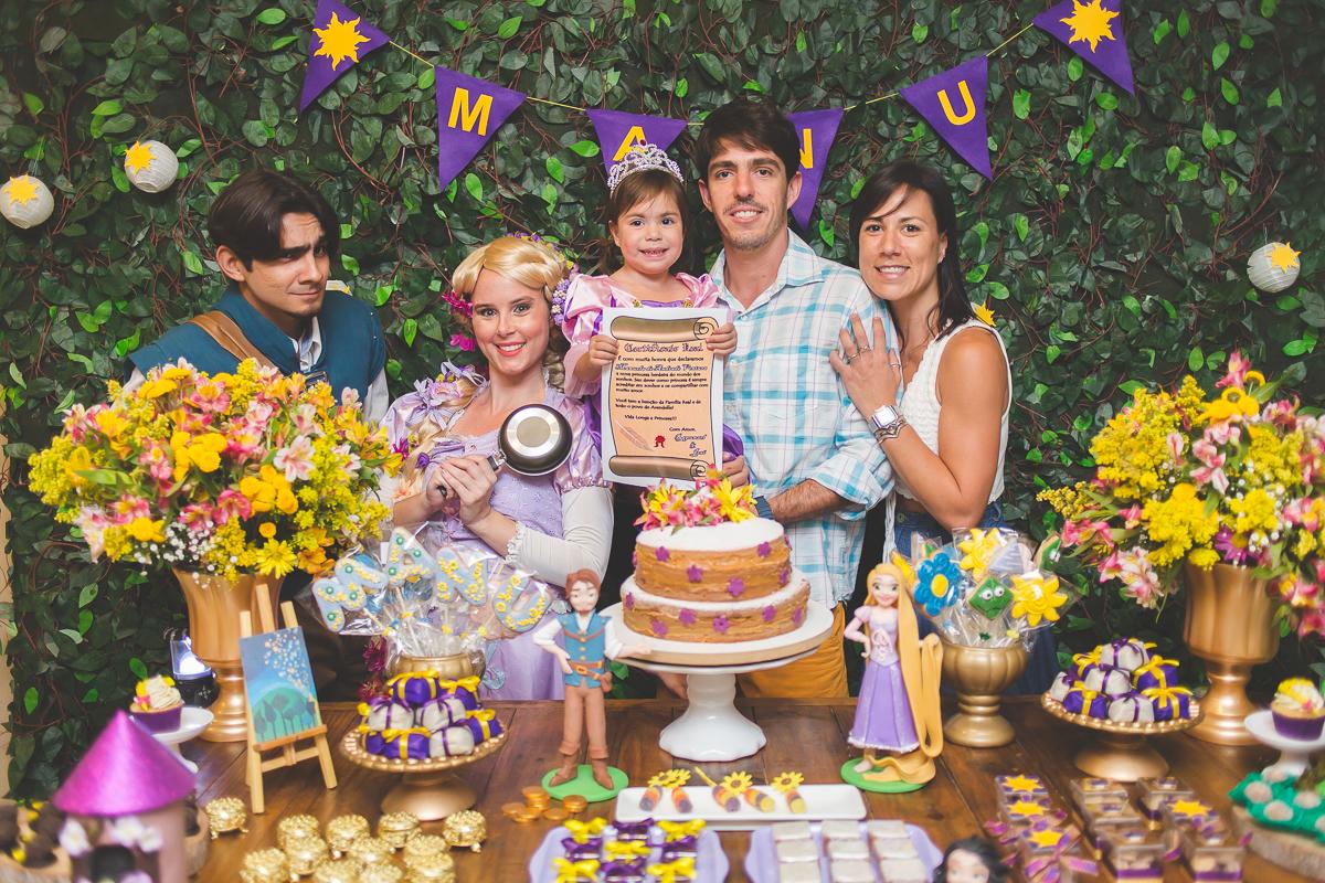 festa de aniversário da manuela, comemorando três anos. festa realizada na barra da tijuca, no rio de janeiro. tema rapunzel, fantasias, princesa, fotografia de família, fotografia de festa infantil