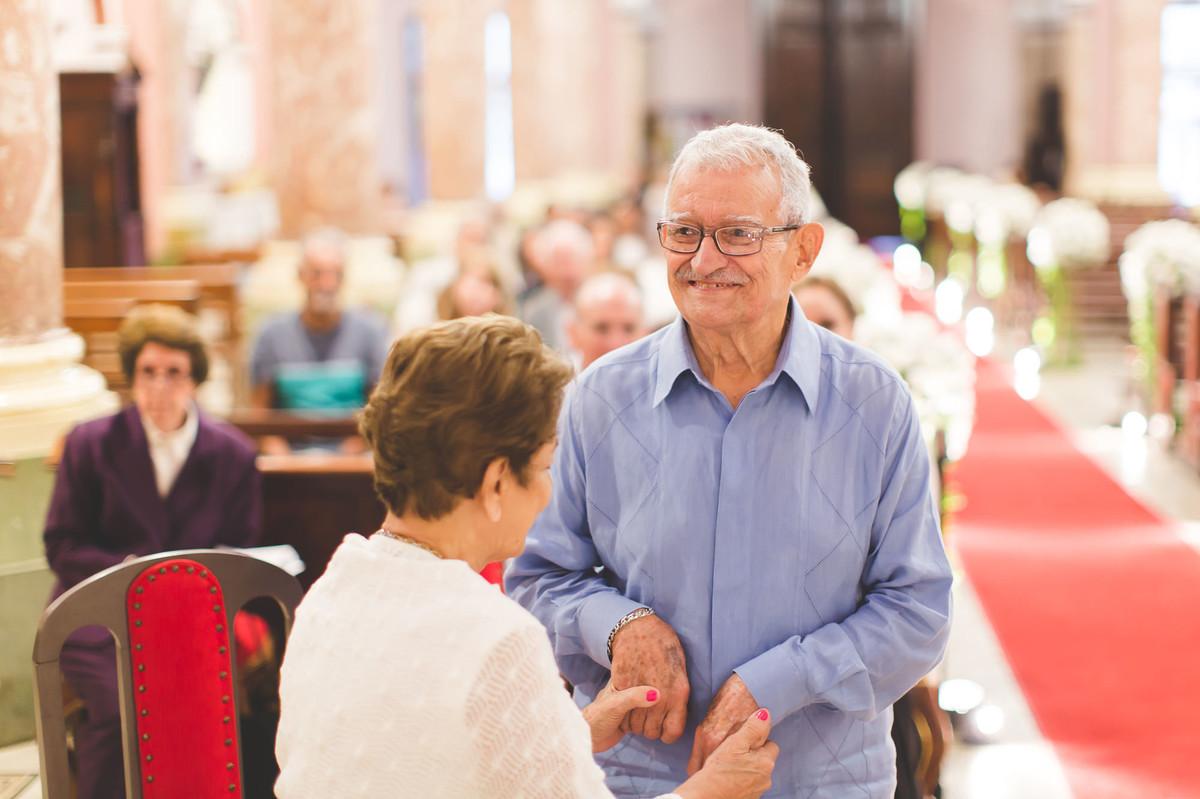 bodas de diamante na basilica de santa therezinha do menino jesus, na tijuca, rio de janeiro. fotografias de familia, cerimônia religiosa, amor, idosos, 60 anos de casados