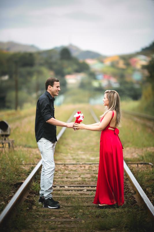 Ensaio Casal Romântico Linha do Trem com Buquê de coração